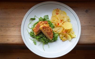 Steckrübenschnitzel, lauwarmer Kartoffelsalat, Feldsalat