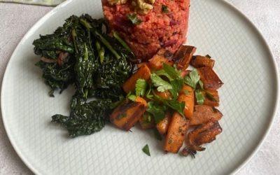 Rote Bete Hirse dazu Schwarzkohl und Karotten-Gemüse serviert mit saurer Sahne