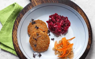Hirsepuffer dazu fruchtig-scharfe Zwiebeln und rote Bete Rohkost