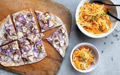 Flammkuchen (ohne Hefe) mit Pastinake, Birne, Zwiebel und Walnüssen, dazu ein Sellerie- Karottensalat mit Senfdressing