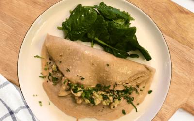 Herzhafte Buchweizenpfannkuchen mit Lauch-Pilz-Füllung dazu Babyspinat