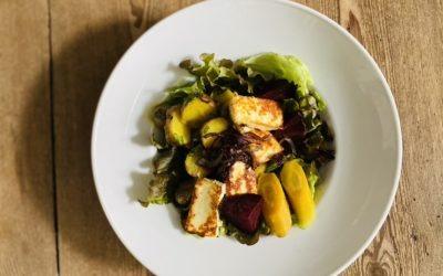 Gemüse-Salat-Bowl mit Halloumi und Bärlauch-Dressing