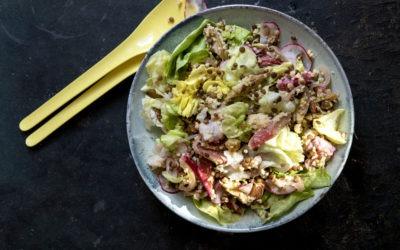Frühsommerlicher Hirse-Linsen-Salat mit Radieschen, Salat, Rhabarber und einem Frischkäse-Honigdressing