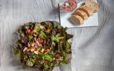 Ganzer Kopfsalat mit Spargel, Radieschen und Tofu serviert mit Rhabarber-Schnittlauch-Dressing und Baguette
