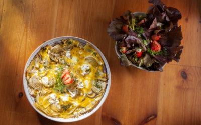 Fenchel-Frittata mit Ziegenkäse und Kopfsalat mit Erdbeeren