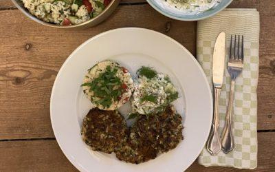 Mittelmeer-Teller: Zucchini-Fritters, Tsatsiki, Hirse Taboulé