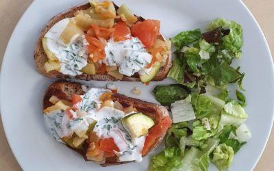 Ofengemüse auf Röstbrot mit Kräuterziegenkäse, Salat