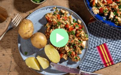 """Tomaten-Tofu-""""Rührei"""" mit Petersilie und jungen Kartoffeln"""